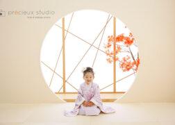 モダンな着物で3歳の七五三記念写真 和室