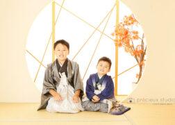 兄弟で七五三の記念写真撮影 袴姿で和室のスタジオ