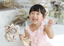 お花いっぱいのコーデで3歳の七五三記念写真撮影