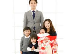 家族5人でお宮参りの記念写真撮影