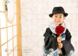 バラを持ってかっこよく七五三記念写真撮影