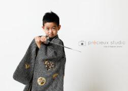 刀を構えて5歳の七五三の記念写真撮影