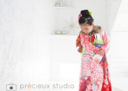 赤い着物で七五三の記念写真撮影 プレシュスタジオ豊洲店