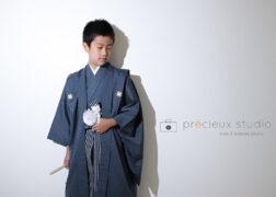 クラシックな袴姿でハーフ成人式の記念写真撮影